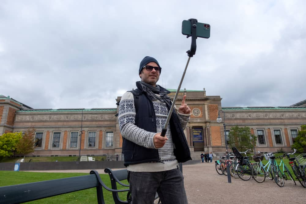 DIVEIN.com staff testing the Erligpowht Selfie Stick outdoors
